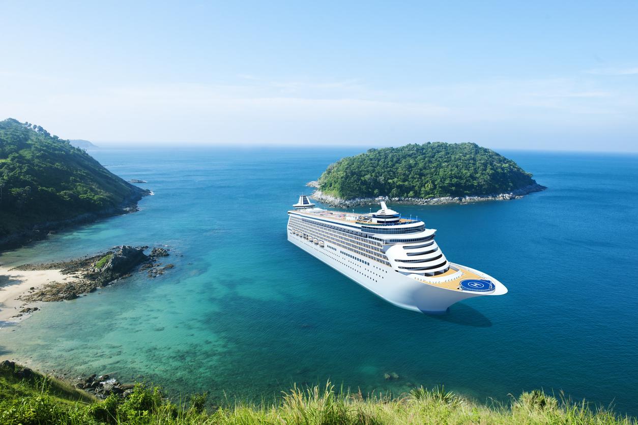 Crucero en una cala de color turquesa, cielo azul